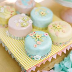 Little Easter cakes.round petit fours Pretty Cakes, Cute Cakes, Beautiful Cakes, Amazing Cakes, Sweet Cakes, Fancy Cakes, Mini Cakes, Petit Cake, Decoration Patisserie