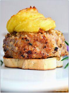 Medaglioni di maiale in crosta di nocciole Pork Recipes, Gourmet Recipes, Pork Medallions, Eat Smart, Yummy Food, Tasty, Pork Dishes, Menu, Daily Meals