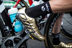 Elia Viviana of Team Sky, sporting gold DMT RS1 shoes at the Tour of Britain to celebrate his Olympic Omnium triumph in Rio.  The single Boa dial is used to adjust laces that run all the way around the shoes, through the sole, and out of the other side, creating what DMT calls its Skeleton System, supposedly giving an exceptional fit and hold.