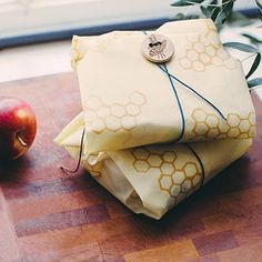 Bee's Wraps Beeswax Sandwich wrap is the plastic bag alternative for your daily sandwiches. Reusable and washable eco-friendly food storage made in the USA Sandwiches For Lunch, Sandwich Bags, Wrap Sandwiches, Plastic Wrap For Food, Reusable Food Wrap, Developement Durable, Food Storage, Bag Storage, Smart Storage
