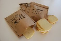 Kraft et cookies... Décidément pas emballée par les traditionnelles dragées ? Une nouvelle idée : des cookies enveloppés dans un adorable sachet en kraft à télécharger ici : link Niveau matériel: - des feuilles de papier kraft - une bonne imprimante -...