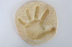 BASTELIDEEN, BASTELN MIT KINDERN - Basteltipps: Fußabdruck und Handabdruck aus Salzteig - Baby Lexikon