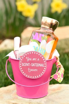 Scent-Sational Birthday Gift Idea for Friends Scentsational Mother's Day Gift Idea-Make this Mother's Day gift basket with lotions and bath and body items and then add this cute printable tag. Creative and easy and a great gift for mom! Mothers Day Baskets, Cute Mothers Day Gifts, Mother's Day Gift Baskets, Birthday Gift Baskets, Great Gifts For Mom, Great Birthday Gifts, Diy Birthday, Teacher Gift Baskets, Teacher Birthday Gifts
