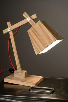 Une petite lampe de chevet en bois - Indus Home Factory - Best Pins Live Best Desk Lamp, Deco Luminaire, Bois Diy, Diy Holz, Wood Lamps, Ceiling Lamps, Unique Lamps, Wooden Crafts, Diy Woodworking