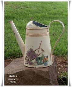 CAJA DE FRESAS RECICLADA   Las Manualidades de Marta   Bloglovin Painted Milk Cans, Decoupage Art, Decoupage Ideas, Vintage Decor, Farmhouse Decor, Tea Pots, Diy And Crafts, Shabby Chic, Scrap
