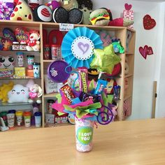 ✨💕🎁 Balloon Basket, Chocolate Bouquet, Candy Bouquet, Ideas Para Fiestas, How To Make Chocolate, Balloon Decorations, Gift Baskets, Balloons, Presents