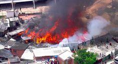 Pelo menos 30 barracos foramatingidos por um incêndio na favela de Paraisópolis, na zona sul de São Paulo, na manhã desta sexta-feira, 10. O Corpo de Bombeiros conseguiu controlar o fogo por volta de 12h, quando foi iniciada a fase de resfriamento. Segundo a corporação, 20viaturas permanecem no local para prestar atendimento. Ainda não há informações sobre vítimas. O incêndio, que ocorre nas proximidades da Avenida Giovanni Gronchi,começou às 10h21. O Corpo de Bombeiros informa que as…