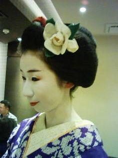 This is a photograph of Pontocho maiko Ichiemi wearing a tsubaki (camellia) kanzashi during the month of February. This motif is quite rare but does pop up from time to time ^^