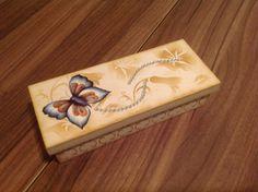 Caixa de presente em MDF....ideal para valorizar o presente da pessoa querida...decorado com stencil e decoupage, com detalhes em strass..www.ideiasartesanato.com.br