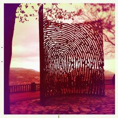 La huella, de Juanjo Novella, en el monte Artxanda de Bilbao Bilbao, Metal Working, Places Ive Been, Spain, Tapestry, Sculpture, Glass, Garden, Foot Prints