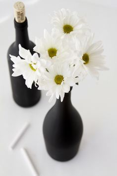 DIY Chalkboard Painted Wine Bottles. Aw, so fun! Love the black with the daisies.