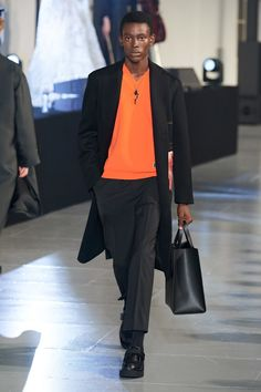 Valentino Fall 2020 Menswear Fashion Show - Vogue Valentino Rossi, Valentino Rockstud, Shoes Valentino, Valentino Men, Valentino Couture, Fashion Week, Mens Fashion, Fashion Trends, Fashion 2020