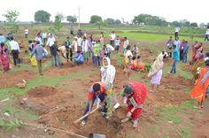 13-14 जुलाई 2016। नारायणपुर जिले के पंचायत जनप्रतिनिधियों ने अपने गांव से लाए हुए पौधों को नया रायपुर में लगाया। महिलाओं ने छोटे-छोटे पौधों को अपनी ममता के आंचल में पल रहे बच्चों की तरह प्यार एवं दुलार दिया।