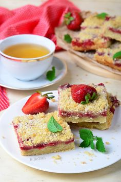 This grain-free Strawberry Shortcake is a little bit of summa, summa, summa-time. Paleo Dessert, Gluten Free Desserts, Dessert Recipes, Healthy Chocolate Desserts, Brunch, Queso Mozzarella, Quick Healthy Snacks, Little Cakes, Strawberry Shortcake