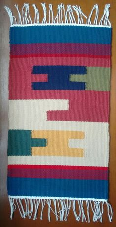 Tapete feito em tear manual de pente liço, técnica gobelin. Tamanho 40x60 (sem contar as franjas). Esta peça é produzida com 8 cores diferentes. Processo super artesanal. Weaving Art, Tapestry Weaving, Loom Weaving, Small Tapestry, Indian Blankets, Ikat Print, Weaving Techniques, Woven Rug, Tapestries