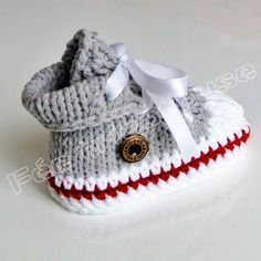 Super Easy Slippers to Crochet or to Knit Baby Booties Knitting Pattern, Knit Baby Booties, Baby Knitting, Crochet Baby, Knit Crochet, Sock Monkey Pattern, Tricot Baby, Work Socks, Baby Sneakers
