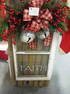 The Christmas countdown is just launched! Bring the magic of Christmas to your home! Because it is not always easy to imagine a Christmas decoration and holiday table consistent and really like you, deco. Primitive Christmas, Noel Christmas, Country Christmas, Christmas Projects, Winter Christmas, All Things Christmas, Holiday Crafts, Vintage Christmas, Christmas Wreaths