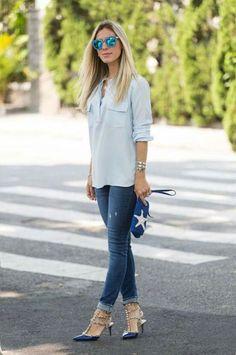 Look do dia: calça jeans skinny combinada com camisa azul clara e escarpim com spikes.