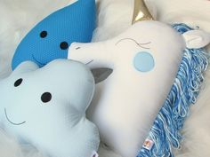 Jogo de almofadas: unicórnio, gota e nuvem Cute Cushions, Cute Pillows, Kids Pillows, Sewing For Kids, Diy For Kids, Newborn Bed, Diy Y Manualidades, Cute Quilts, Baby Couture