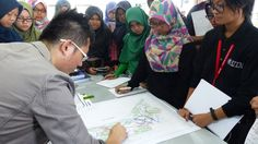 Urban Designer Mr. Liew Toh Yean of APUDG demonstrates conceptual design in master planning with aspiring town planners looking attentively (17 April 2015)