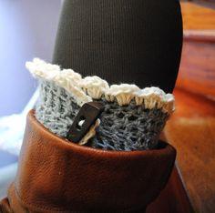 Guêtres en laine réalisées au crochet.