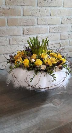 Bijzonder paasstuk in veren krans - Deko You are in the right place about creative Flowers Arrangeme Easter Flower Arrangements, Creative Flower Arrangements, Easter Flowers, Beautiful Flower Arrangements, Spring Flowers, Floral Arrangements, Deco Floral, Arte Floral, Apple Wreath
