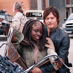 Daryl and Michonne - she is so gorgeous when she smiles, we haven't seen it nearly enough on TWD. :-)