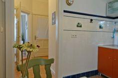 Küche mit Blick auf Flur und Eingang.