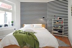 foorni.pl   Łączenie kontrastów / tapeta w sypialni / tapeta w biało czarne pasy