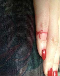 Voici la vraie signification de ce tatouage de fil rouge noué sur le doigt
