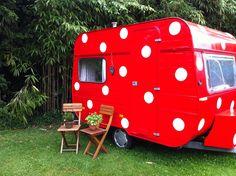 Caravan rood met witte stippen geschilderd ❤️