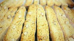 《おからビスコッティ-ALMOND-》 小麦粉使用分の1/3をおからに変えました。  ブラウンシュガーの優しい甘みで 軽い食事替わりにも。 有機アーモンド入り。