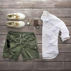 Camisa Branca Masculina, Bermuda Verde, Shorts Verde, Vans, Calça Verde Masculina, dicas para usar e inspirar, Combo Moda Masculina, Moda Masculina, Grid, Men Style,