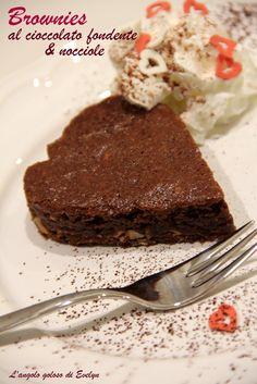Brownies al cioccolato fondente e nocciole http://blog.giallozafferano.it/angologolosodievelyn/brownies-al-cioccolato-fondente-e-nocciole/