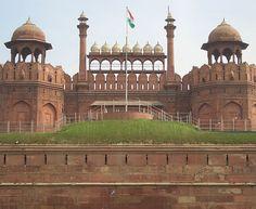 O Forte Vermelho, localizado em Delhi, na Índia, foi construído no século 17 pelo imperador mongol Shah Jahan. Em 1857, o local foi tomado pelo governo da Índia Britânica. Após a independência da Índia, passou a ser controlado pelo exército. Em 2003, a fortaleza foi entregue ao Ministério da Cultura para uma restauração.