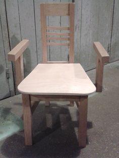 Le fils de Gaëtan grandit, il va bientôt pouvoir s'assoir sur une chaise à sa taille ! Dining Table, Furniture, Home Decor, Sons, Chair, Human Height, Decoration Home, Room Decor, Dinner Table
