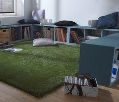 Une #pause dans l'#herbe. Un brin décalé, ce carré de #gazon artificiel fait office de #tapis dans le coin jeux et lecture. #vert