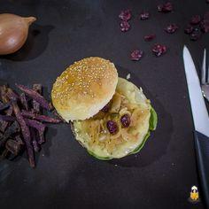 Cheeseburger mit Zwiebeln und Cranberries | Homemade Cheeseburger with Cranberry-Chutney and Sweet Potato Fries #burger #homemade #bbq