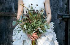 Swedish wedding with chic wedding dress. Scandinavian Wedding, Swedish Wedding, Bride Bouquets, Bridesmaid Bouquet, Bridesmaids, Beautiful Flower Arrangements, Beautiful Flowers, Chic Wedding Dresses, Winter Bouquet