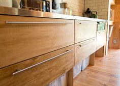 キッチンの扉の把手は「IKEA」のもの。タイルはNYの地下鉄で使われているものを目黒の「COMPLEX」で購入。「ほんとうはヒースセラミックスのものを使いたかったのですが、予算が合わずに断念しました」 Kitchen Island, Kitchen Cabinets, How To Plan, Interior, Home Decor, Life, Modern House Facades, House Siding, Trendy Tree