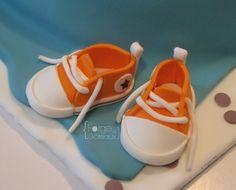 Baby converse cake - La Forge à Gâteaux #BabyConverse www.laforgeagateaux.com