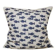 Droom weg op de zee met deze charmante Fish kussenhoes van Fine Little Day. De kussenhoes is gemaakt van ongebleekt linnen en katoen en heeft een schattige afbeelding met zwemmende vissen. Een nieuwe kussenhoes is een goede manier om uw bank of bed een nieuwe look te geven! Keuze uit verschillende kleuren.
