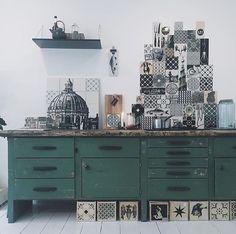 the art of making tiles (Méchant Design) Kitchen Decor, Kitchen Design, Interior Windows, Green Rooms, Cuisines Design, Interiores Design, House Colors, Interior Design Living Room, Interior Styling