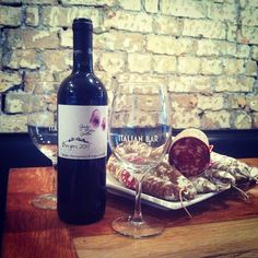 #vino #salame Italian Bar, Red Wine, Alcoholic Drinks, Glass, Food, Alcoholic Beverages, Drinkware, Red Wines, Hoods