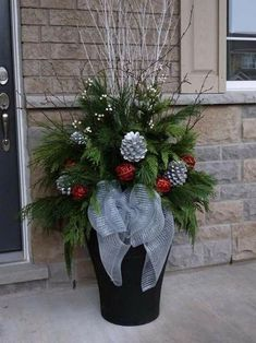 Christmas Decorations - Outdoor indoor christmas decor that are simply awesome 61 Christmas Urns, Indoor Christmas Decorations, Christmas Arrangements, Christmas Centerpieces, Rustic Christmas, Christmas Projects, Winter Christmas, Christmas Home, Christmas Wreaths