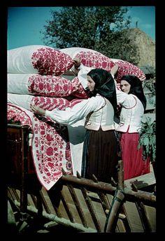 From Gyergyótekerőpatak, Etnológiai Archívum, Hungary Chain Stitch Embroidery, Learn Embroidery, Embroidery Patterns, Folklore, Stitch Head, Folk Clothing, Hungarian Embroidery, Folk Dance, Folk Costume