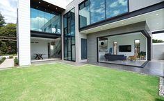 Sleek summer dream home Interior Cladding, Wall Cladding, Hamptons Style Homes, Hamptons House, House Color Schemes, House Colors, Colour Schemes, Minimalist House Design, Modern Minimalist