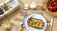 LASAGNE AL FORNO Hausgemachte Lasagne mit würziger Rinderragoutfüllung, frischem Basilikum, cremiger Béchamelsauce, aromatischem Grana Padano D.O.P. und knuspriger Mozzarellakruste.