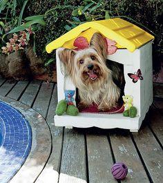 A casinha do cãozinho Dagoberto tem a decoração de peças de ferro fundido com pintura eletrostática e recorte de madeira em forma de osso.