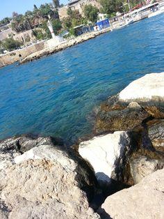Denize karşı bir kayalıkta yazılı ismimiz sadece dalganın alıp özgürleştirmesini bekliyoruz.